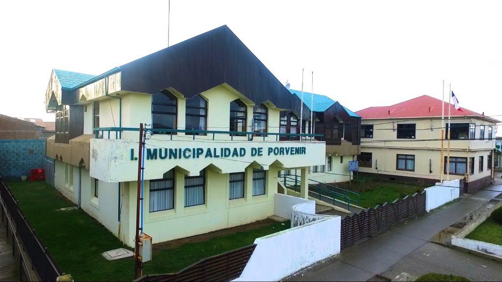 Izamiento del Pabellón Nacional en todos los edificios públicos y particulares de la comuna de Porvenir.